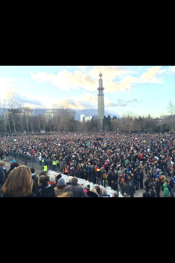 Manouchka @ManonSzem  15 minil y a 15 minutes Grenoble est Charlie. On parle de 110 000 personnes #FiereDeMonPays #CharlieHebdo #MarcheDu11Janvier